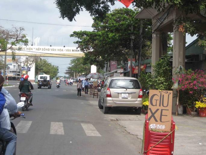 Hàng loạt nhà dân đối diện Công an TP Cần Thơ cũng tranh thủ giữ xe gắn máy với giá 10.000đ mỗi chiếc
