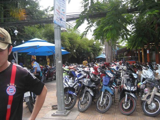 Một quán nhậu đối diện cổng A sân vận động Cần Thơ cũng tổ chức giữ xe