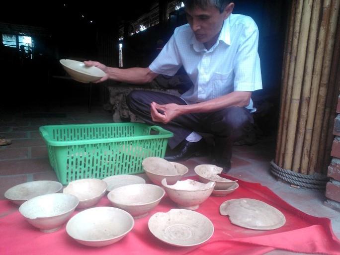 Ông Hồ Bách Khoa, Trưởng Ban quản lý khu di tích quốc gia đặc biệt Nguyễn Du, đang nghiên cứu những hoa văn chạm khắc trên nhóm hiện vật cổ