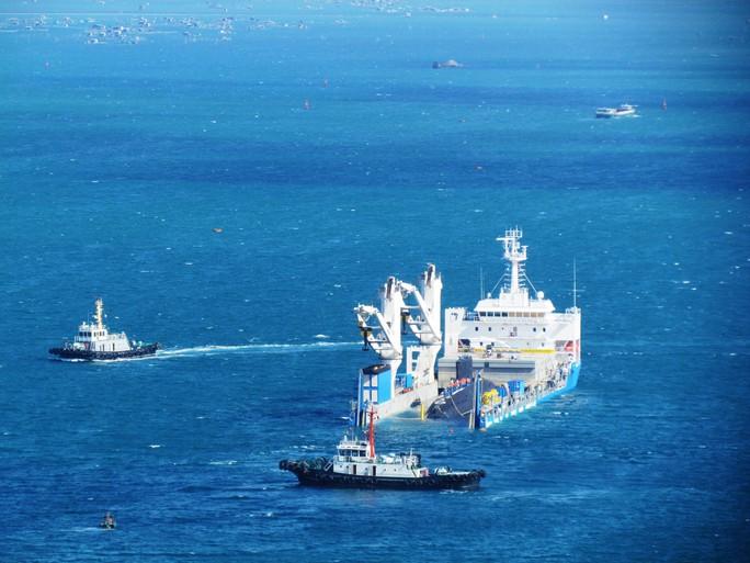Vùng nước xung quanh được phong tỏa bởi nhiều tàu hải quân
