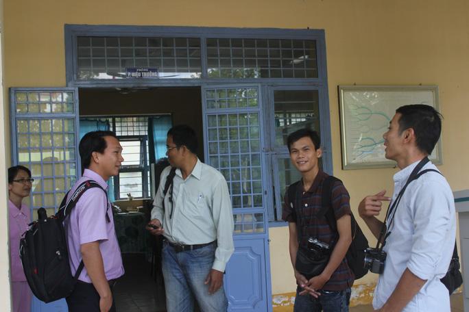 Phóng viên các cơ quan báo chí tập trung đợi làm việc trước phòng ban giám hiệu nhà trường.
