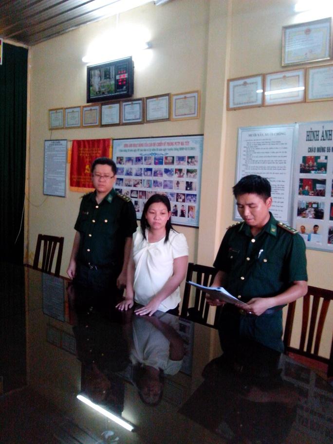 Nguyễn Thị Hiên nghe đọc lệnh bắt tại trụ sở Công an biên phòng tỉnh Bà Rịa - Vũng Tàu