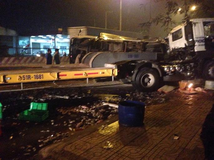 Hiện trường xe tải lật nhào, hải sản đổ đầy đường trên Quốc lộ 1