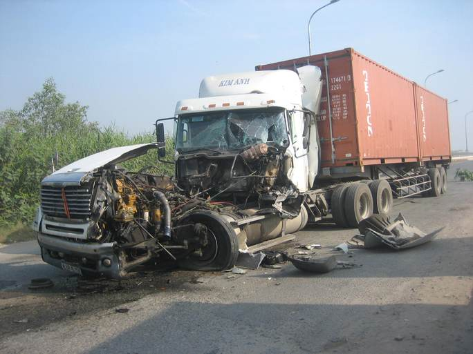Xe container gây tai nạn vỡ vụn phần đầu, biên dạng hoàn toàn
