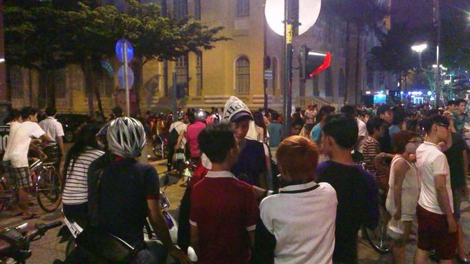 """Đám đông hiếu kỳ đứng xem 2 cô gái hẹn nhau """"quyết chiến"""" ở quảng trường Nguyễn Huệ"""