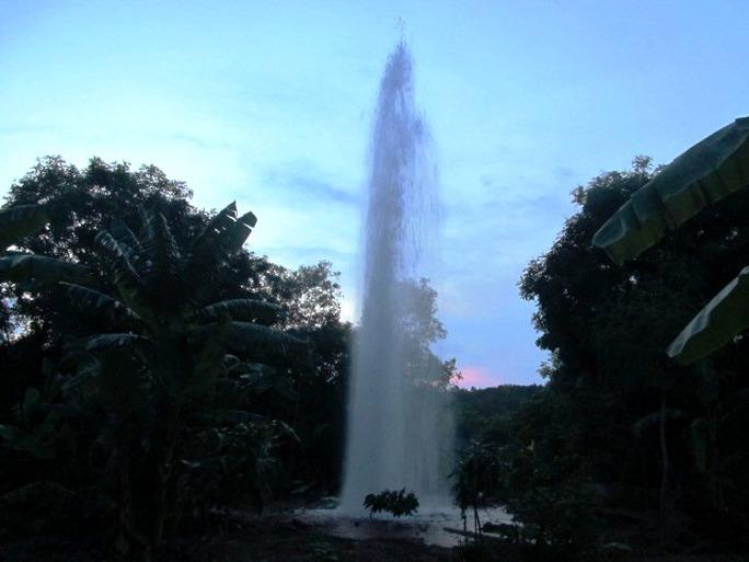 Vòi nước phun cao khoảng 20 mét khiến nhiều người hốt hoảng