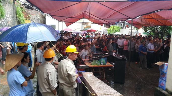 Đông đảo người dân tham gia tổ chức lễ tang cho 8 người trong gia đình anh Cao Tiến Vỹ Ảnh: Trọng Đức