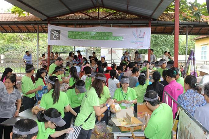 Sài Gòn đang ôm trong lòng hàng vạn người nghèo ở bệnh viện từ Nhi Đồng cho đến Ung Bướu,... với hàng ngàn suất cơm, suất cháo từ thiện ba buổi sáng, trưa, chiều