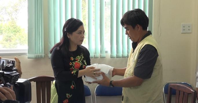 Bộ trưởng Nguyễn Thị Kim Tiến trao quà cho người nhà anh Đấu