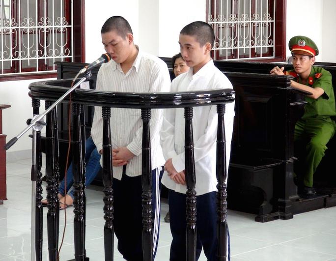 Hai bị cáo Nguyễn Văn Tuấn (bìa trái) và Trần Minh Hoàng tại toà.