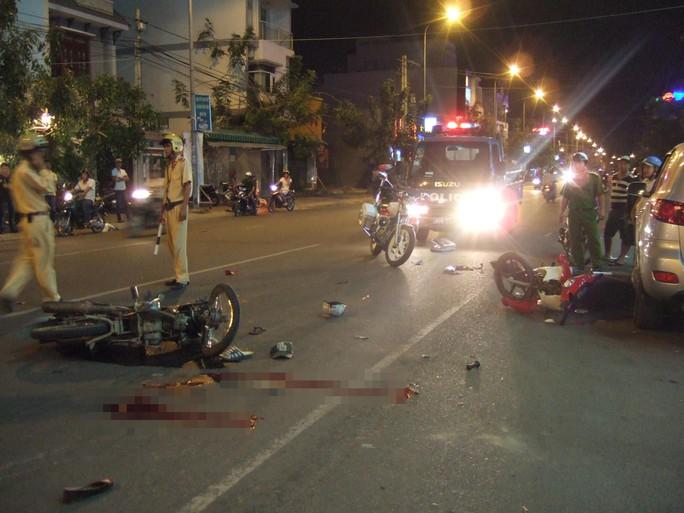 Hiện trường của vụ hai xe máy đấu đầu khiến 2 người bị thương nặng