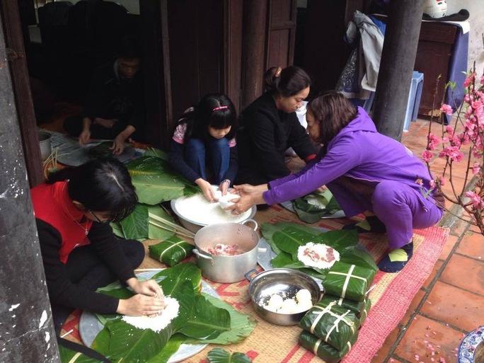 Những gia đình của bạn bè tôi ở Hà Nội quây quần gói bánh chưng bên cành đào hồng.