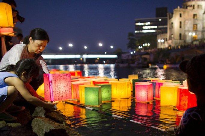 Người dân Hiroshima thả đèn lồng tối 6-8. Ảnh: Reuters
