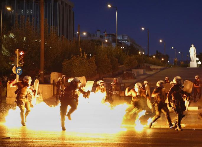 Đụng độ dữ dội trên đường phố Athens trước giờ bỏ phiếu hôm 15-7. Ảnh: Reuters