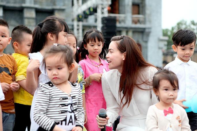 Hồ Ngọc Hà, Tuấn Hưng cùng khoe con trai trên sân khấu