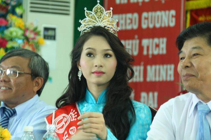 Hoa hậu Đặng Thu Thảo sau đăng quang Hoa Hậu Việt Nam 2012 về thăm trường ĐH Tây Đô.