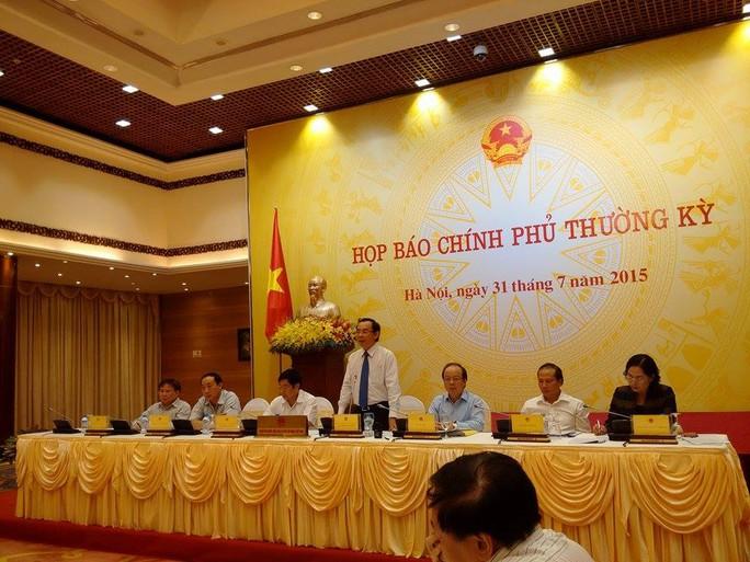 Chủ nhiệm Văn phòng Chính phủ Nguyễn Văn Nên- người đứng tại buổi họp báo
