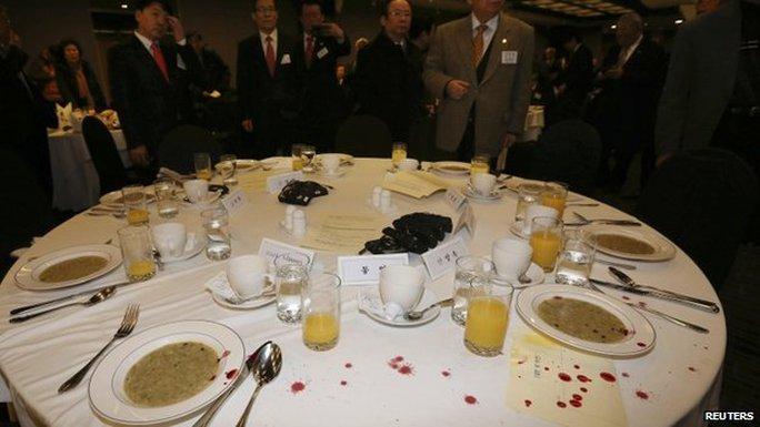 Bàn ăn nơi ông Lippert ngồi còn vương máu. Ảnh: Reuters