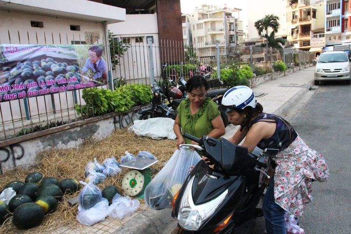"""Không ít người dân Sài Gòn kéo nhau đến mua dưa khi đọc được khẩu hiệu """"Mỗi trái dưa một tấm lòng""""."""