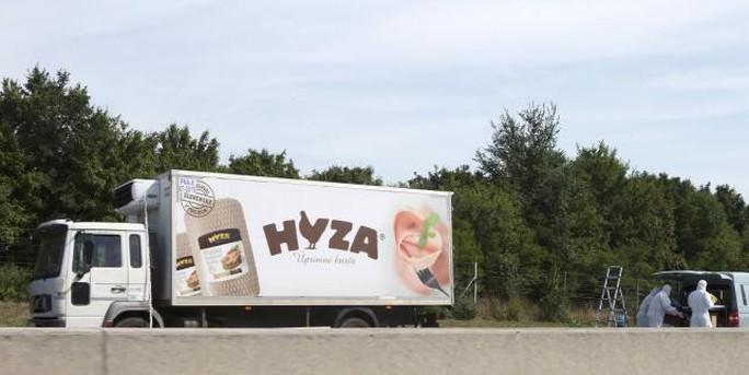 Chiếc xe tải bị bỏ lại trên đường cao tốc... Ảnh: Reuters