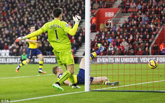 Szczesny phạm sai lầm trong trận thua Southampton