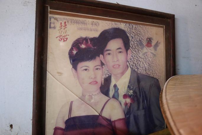 Chị Chi và anh Tuấn lúc vừa kết hôn. Tấm ảnh này đang được treo tại nhà trọ