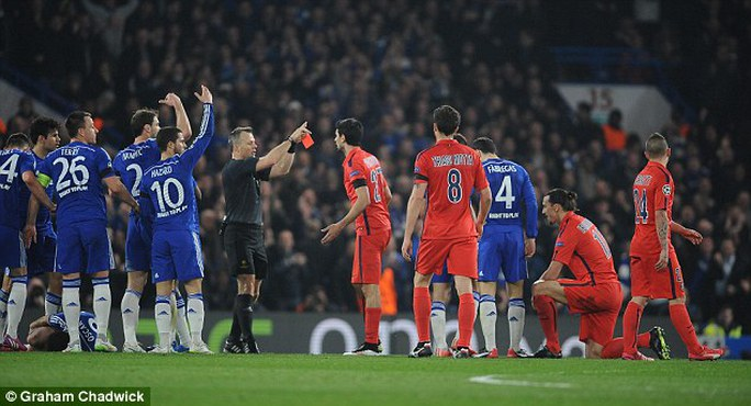 Các cầu thủ Chelsea đã gây áp lực lên trọng tài buộc ông phải rút thẻ đỏ cho Ibrahimovic
