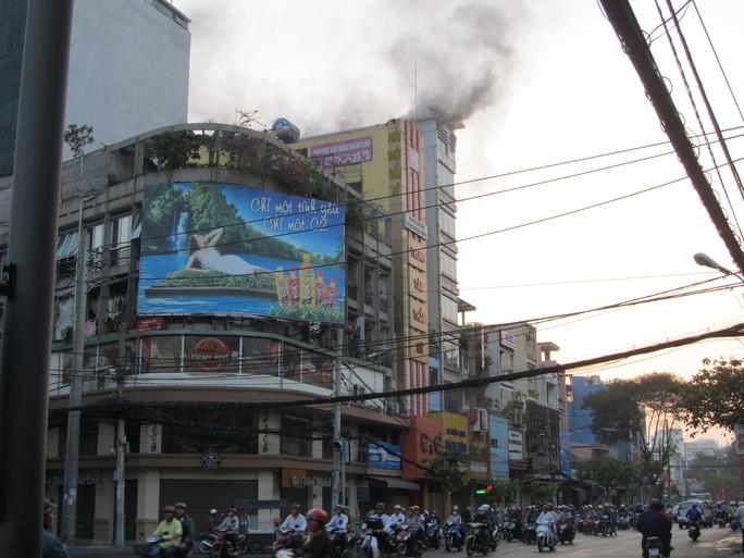 Đám cháy phát ra từ tầng lầu của tiệm ma age này