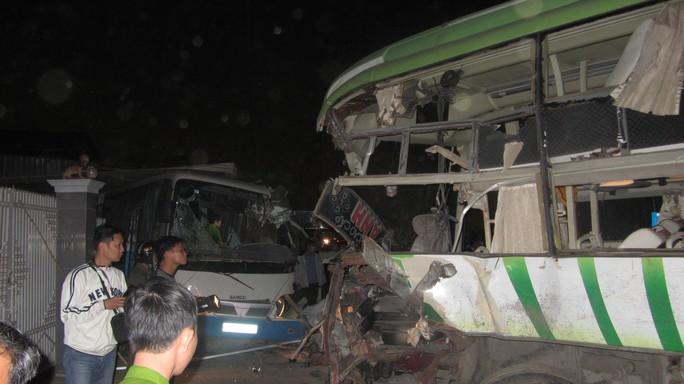 Xe khách 86B-002.84biến dạng, hư hỏng hoàn toàn sau vụ tai nạn