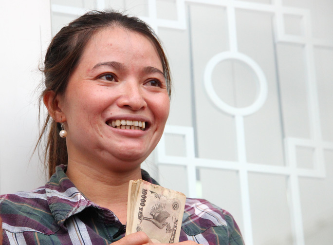 Chị Hồng nở nụ cười hiền hậu khi nhận được 5 triệu yen.