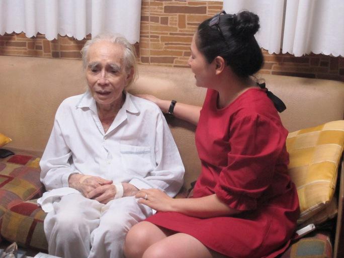 MC Quỳnh Hương và các thí sinh Tiếng hát mãi xanh đến thăm nhạc sĩ Phan Huỳnh Điểu khi ông bệnh mới đây