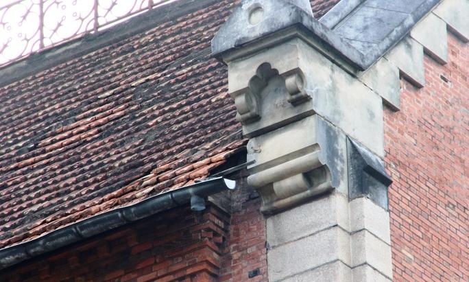 Mái tòa nhà đã rơi, rớt một vài miếng ngói. Ảnh: Lê Phong