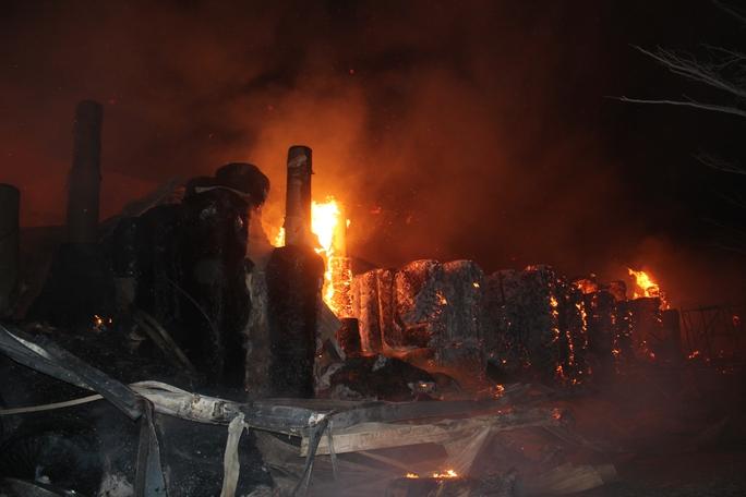 Cháy lớn tại KCN Nhơn Trạch suốt từ đêm 25- 6 đến 3 giờ sáng 26-6, vẫn chưa thể khống chế được đám cháy