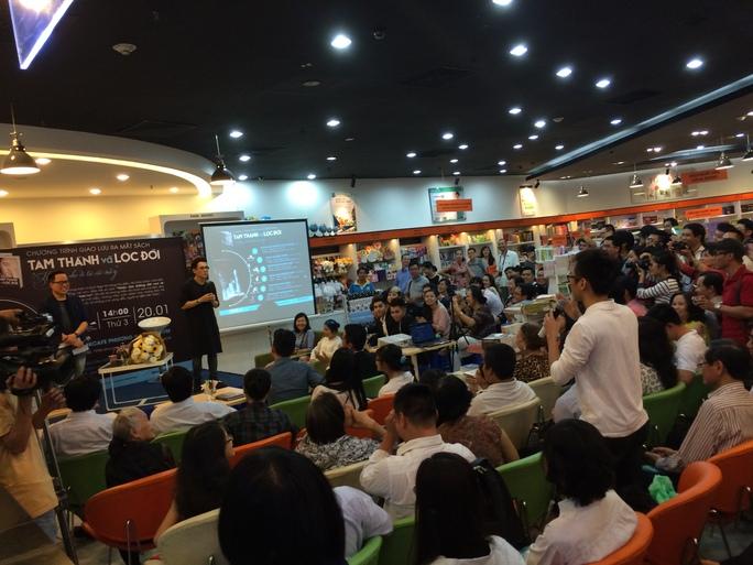 Khán giả tới chật kín nhà sách Phương Nam