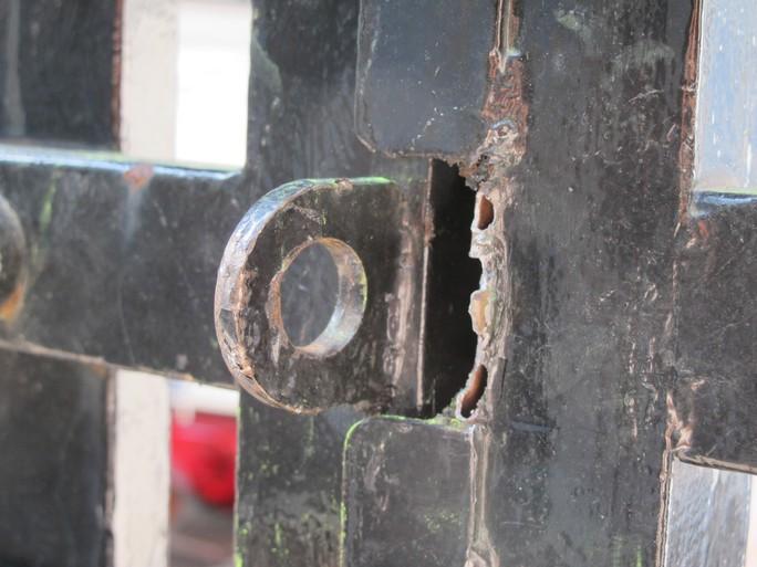 Căn nhà và dấu vết bọn trộm bẻ khóa