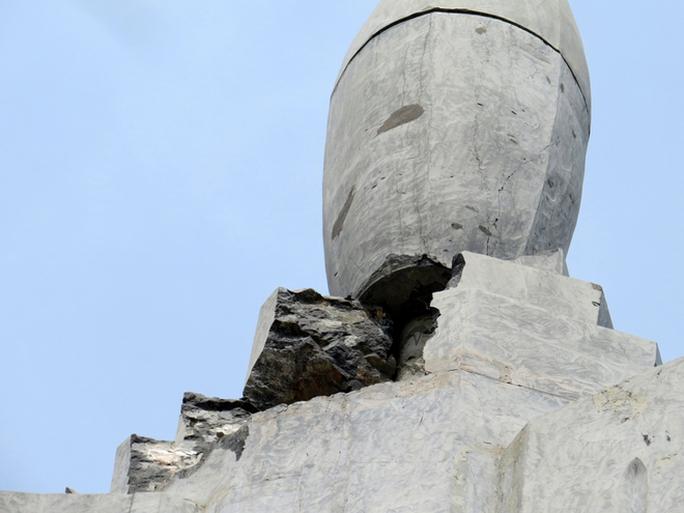 Tượng đài 25 tỉ đồng bị sét đánh vỡ không có cột thu lôi