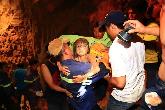 Nhiều người không tin được bé Tú Anh có thể tỉnh táo, sống sót sau 8 tiếng mắc kẹt dưới lòng đất