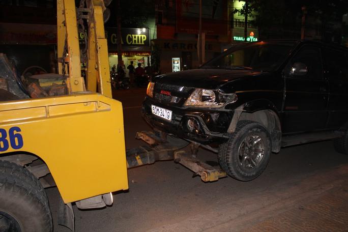 Chiếc xe gây tai nạn bị móp méo được kéo đi khỏi hiện trường