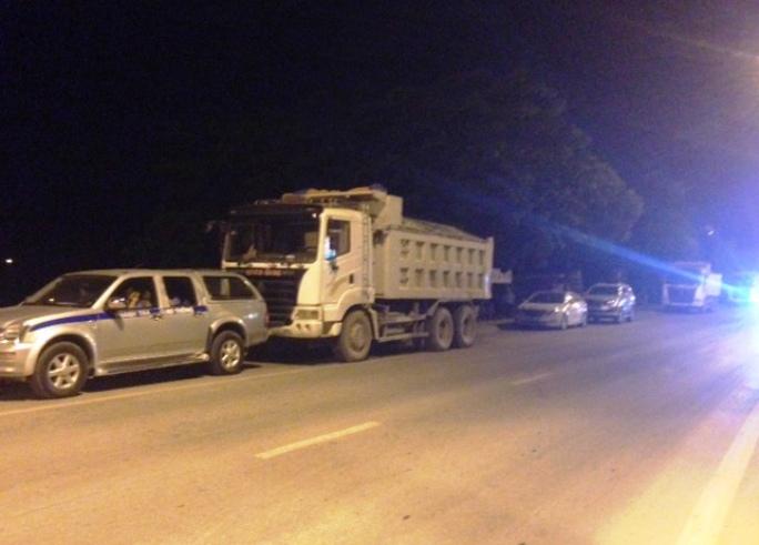 Đoàn xe quá tải chống đối lực lượng chức năng