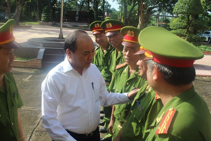 Phó Thủ tướng Nguyễn Xuân Phúc gặp, trao đổi với cán bộ, chiến sĩ tại trại giam
