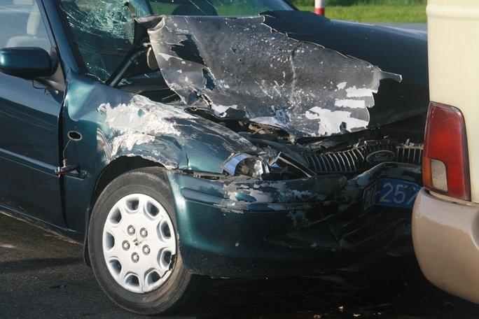 Vụ tai nạn khiến 2 người trên ô tô biển xanh nhập viện