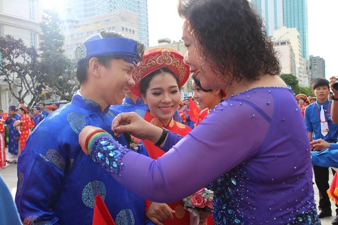 Niềm hạnh phúc của cô dâu, chú rể khi được nhận huy hiệu Thành phố