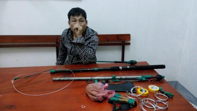 Đối tượng Hoàng Văn Hoàn tại cơ quan Công an, khai nhận đã trộm được một con chó và đang tiếp tục hành nghề.