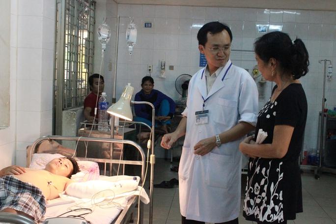 Nạn nhân Sơn được các bác sĩ chăm sóc tại bệnh viện