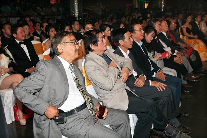 Những hàng ghế đầu được lấp kín