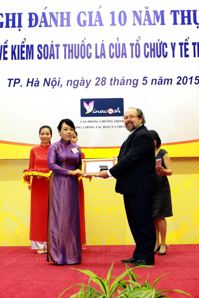 Bộ trưởng Nguyễn Thị Kim Tiến được trao giải thưởng danh dự