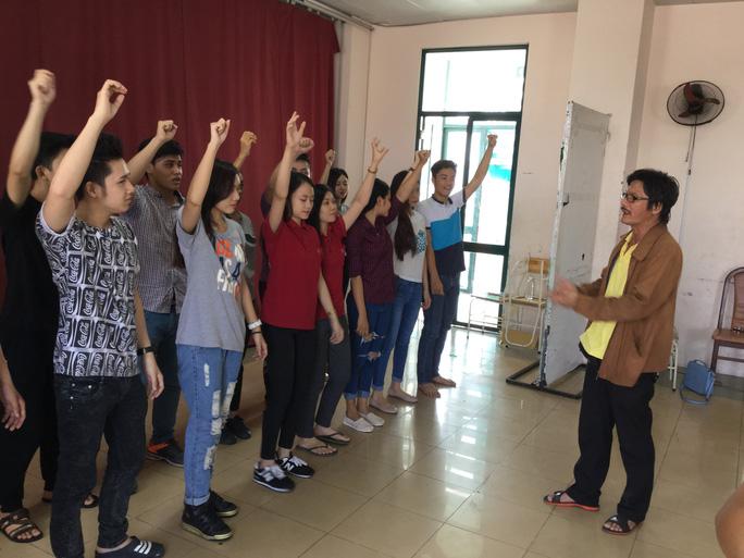 NSƯT Nguyễn Công Ninh và sinh viên lớp cao đẳng khóa 19 Trường Đại học Sân khấu Điện ảnh TP HCM