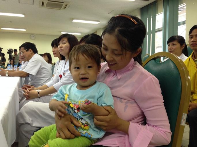 Bệnh nhi Vù Mí Chá khỏe mạnh trong ngày xuất viện
