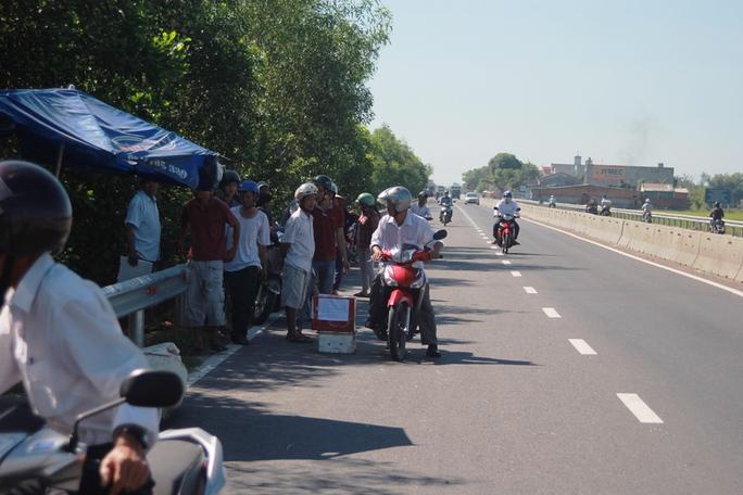 Sau tai nạn, người dân địa phương lập thùng quyên góp hỗ trợ người xấu số