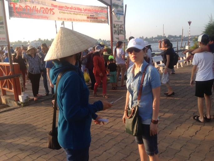 Một cò (bìa trái) đang chèo kéo du khách